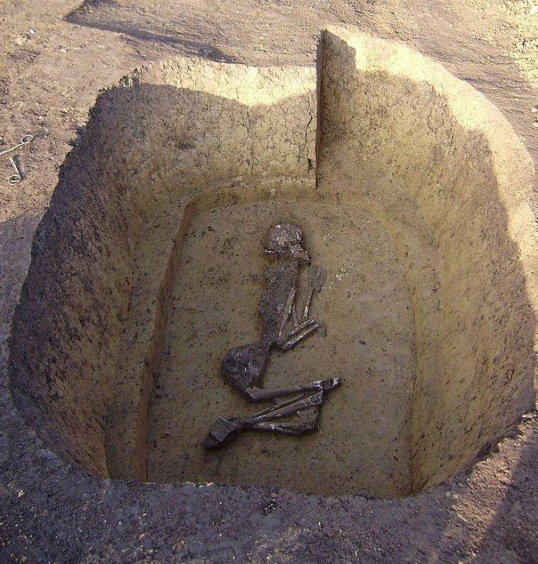 Archeologové odkryli i ojedinělou hrobovou jámu s kosterními ostatky z období asi 1800 před Kristem.